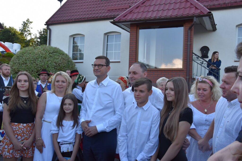 Premier z rodziną oraganizatora spotkania