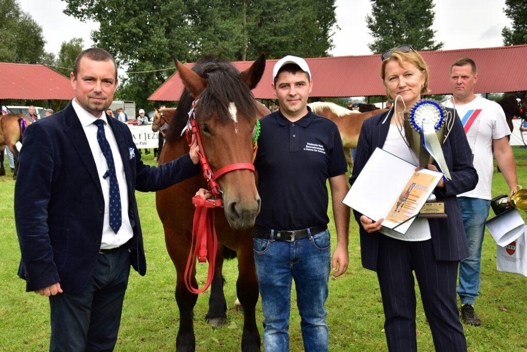 Dyrektor Ewa Szymańska wręcza nagrody hodowcy koni