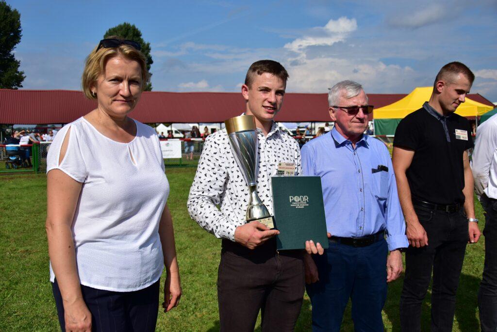 5- Dyrektor PODR Ewa Szymańska i nagrodzony młody hodowca koni