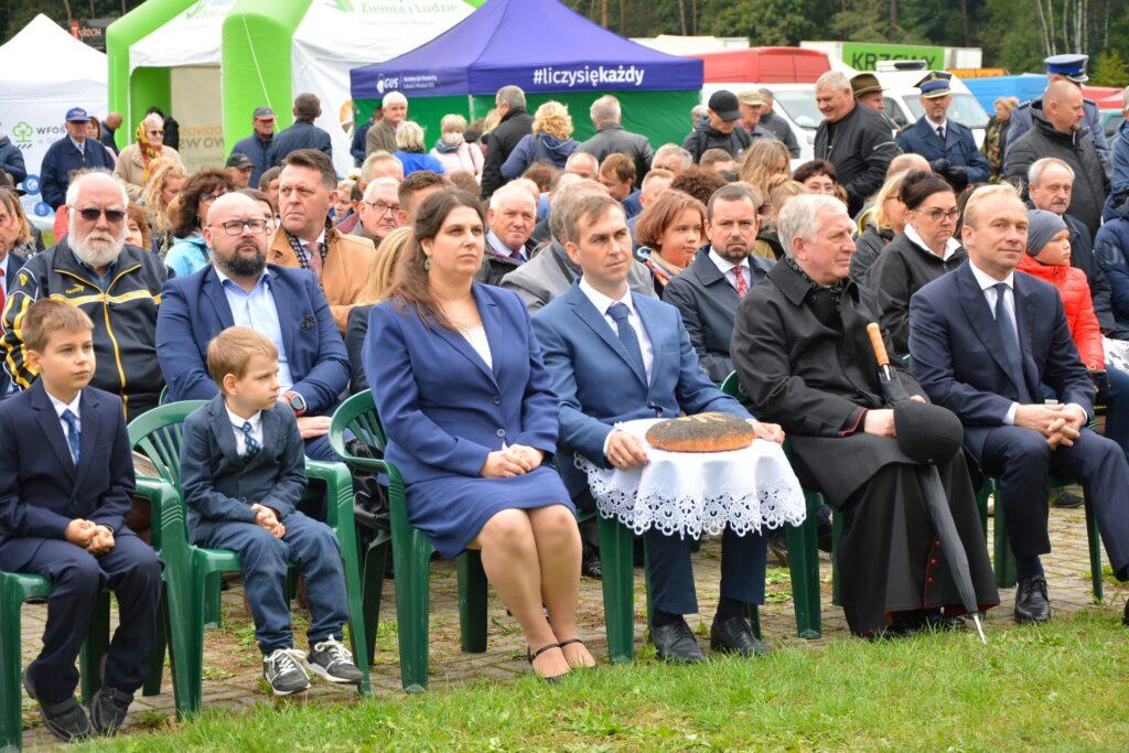 Na Zdjęciu od lewej starostowie dożynek Marta i Waldemar Banasiak z rodziną, Biskup Pelpliński Ryszard Kasyna oraz współgospodarz dożynek wójt Andrzej Pollak