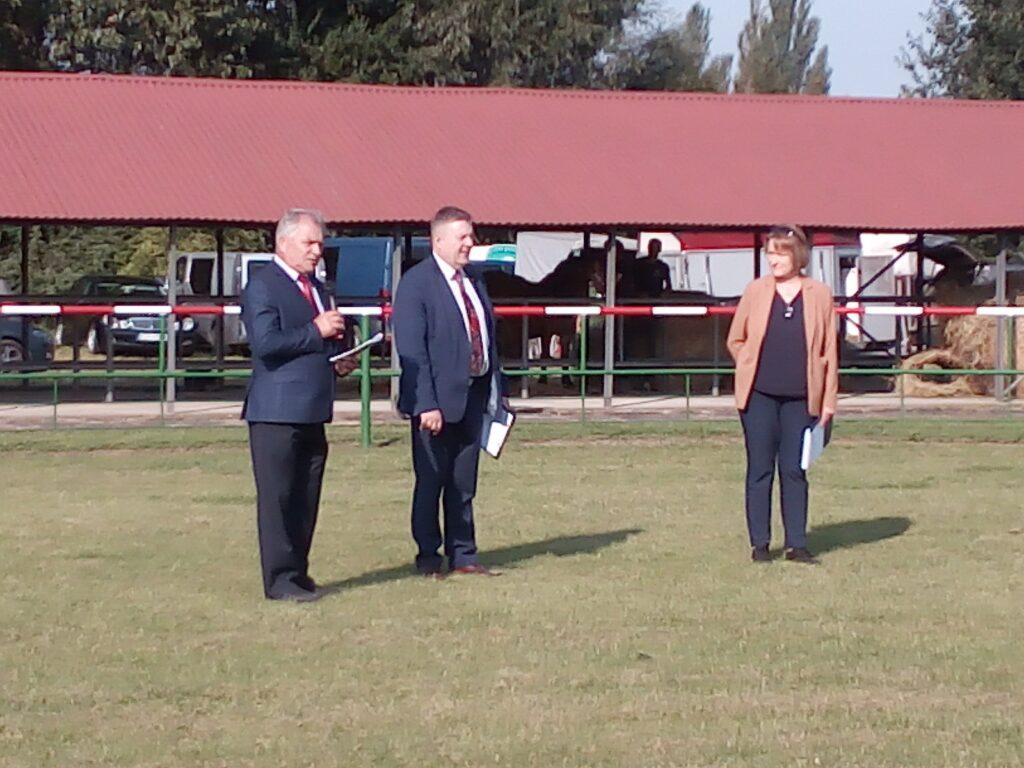 Dyrekcja PODR w Lubaniu i Z-ca Prezesa Zrzeszenia Hodowców Koni Sztumskich przemawiają na ringu