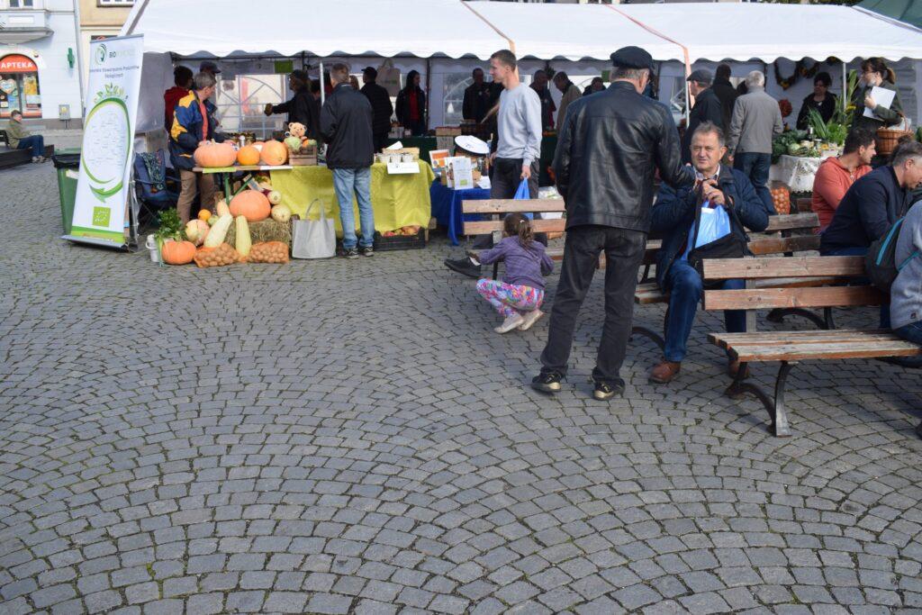 odwiedzający rynek kartuski