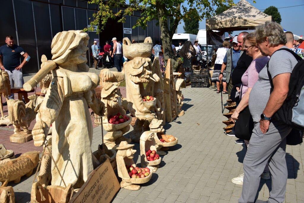 stoisko z rzeźbami
